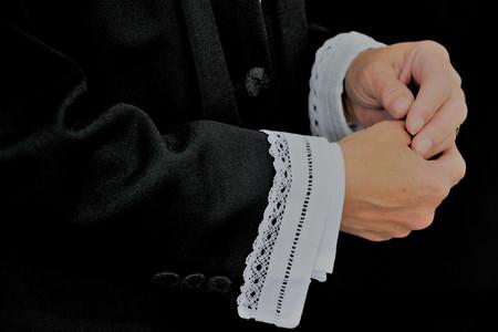 Billede af hænderne på en præst
