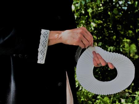 Billede af præst med præstekrave i hænderne i naturen