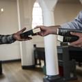 Billede af kirketjener med salmebog